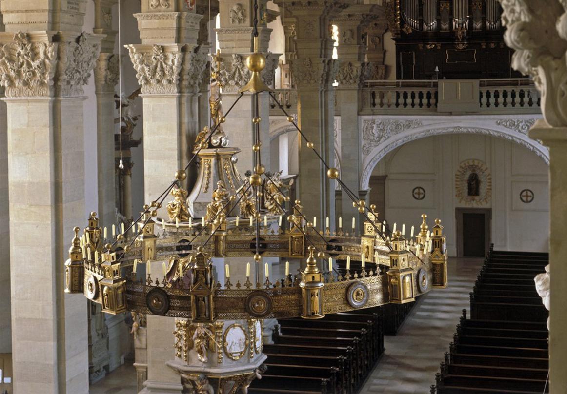 Innenansicht der Stiftskirche St. Nikolaus des Klosters Großcomburg mit Radleuchter; Foto: Landesmedienzentrum Baden-Württemberg, Sven Grenzemann