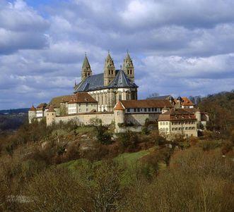 Kloster Kleincomburg mit Kloster Großcomburg im Hintergrund