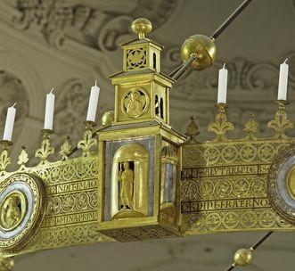 Detail des Radleuchters in der Stiftskirche St. Nikolaus des Klosters Großcomburg