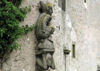Romanische Steinfigur an der Außenwand des Klosters Großcomburg