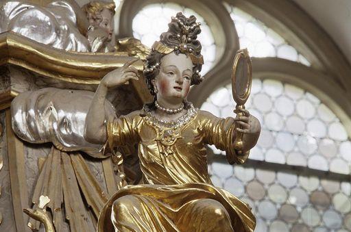 """Schnitzfigur """"Eitelkeit"""" an der Kanzel in der Stiftskirche St. Nikolaus des Klosters Großcomburg; Foto: Staatliche Schlösser und Gärten Baden-Württemberg, Arnim Weischer"""