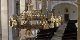 Innenansicht der Stiftskirche St. Nikolaus des Klosters Großcomburg mit Radleuchter