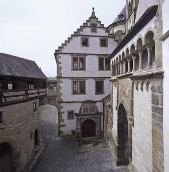 Gebsattelbau mit einem Teil des Mauerrings von Kloster Großcomburg; Foto: Staatliche Schlösser und Gärten Baden-Württemberg, Arnim Weischer